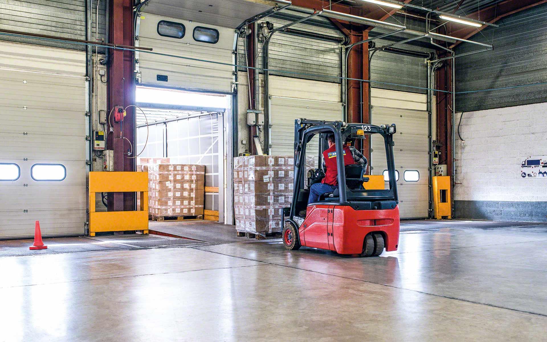La carga de camión es el proceso de ubicar la mercancía en el vehículo de transporte