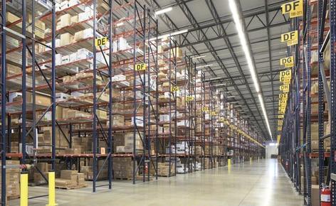 Racks selectivos para tarimas resuelven los problemas de espacio del mayorista de ropa SanMar en su centro de distribución de Dallas