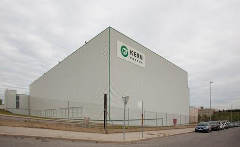 El laboratorio farmacéutico Kern Pharma construye un almacén autoportante automático que combina transelevadores para tarimas y para cajas