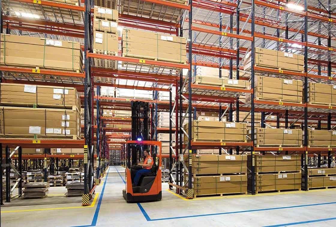 El pasillo transversal en el almacén de Bracchi funciona como salida de emergencia
