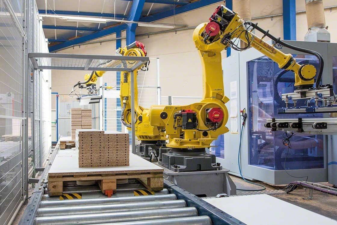 Los brazos mecanizados realizan la paletización en un almacén robótico