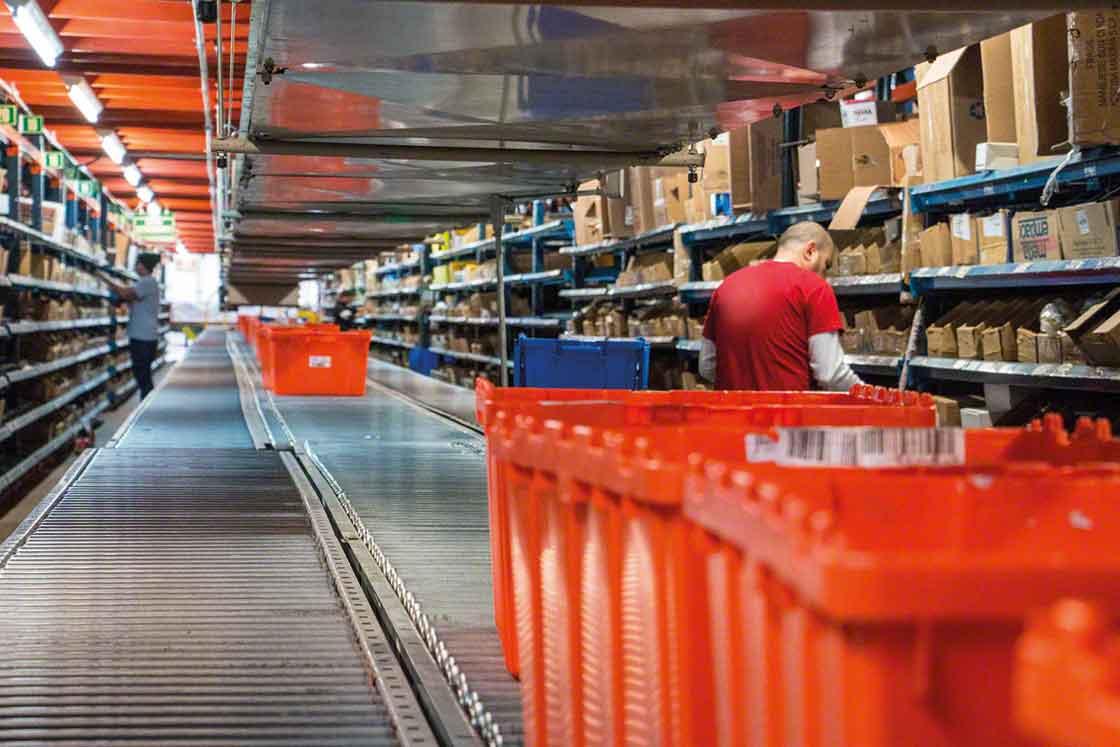 Los almacenes de repuestos pueden utilizar estanterías para picking y transportadores para aquellas referencias con rotación más alta