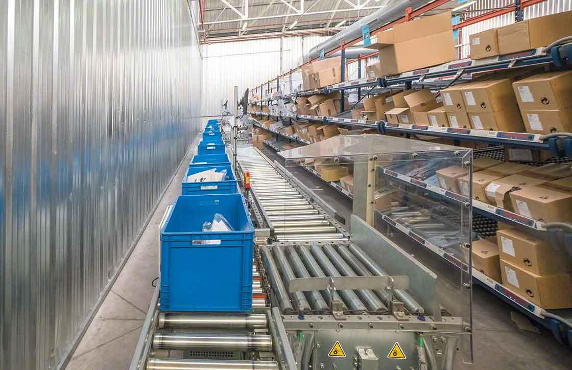 La zona de picking, situada frente a los racks, está dotada de transportadores para cajas que facilitan el movimiento de cargas