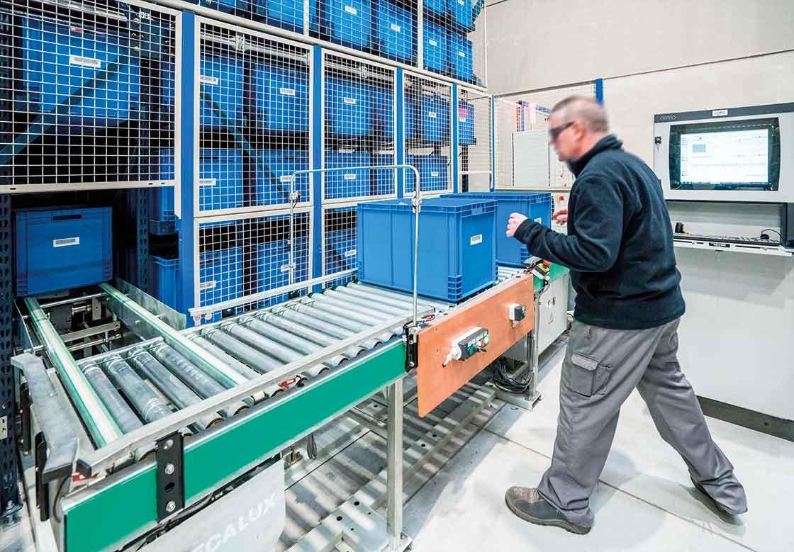 Los almacenes automatizados para cajas tienen la zona de picking ubicada en la cabecera del miniload