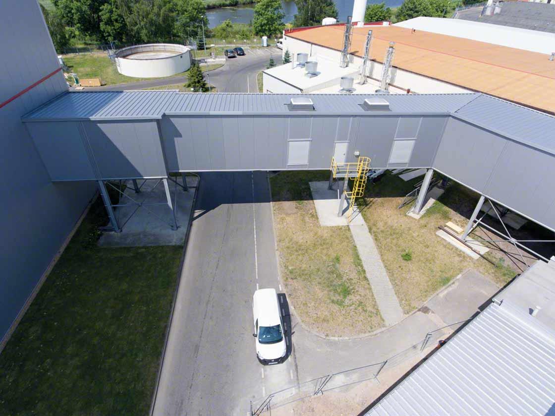 Puente elevado que comunica el almacén con el centro de producción de Sokpol en Polonia